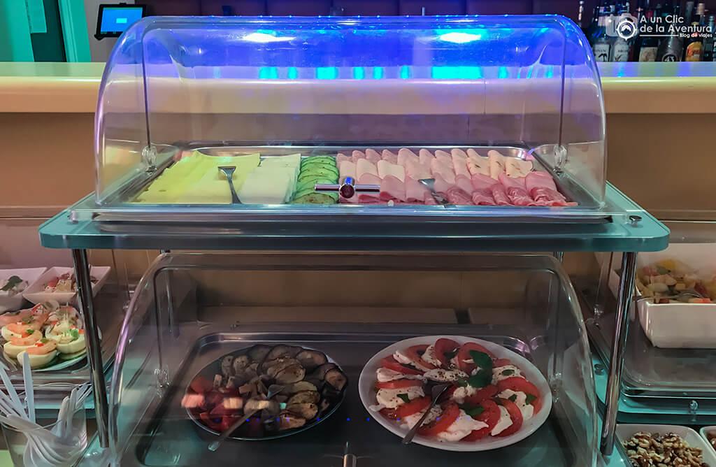 Embutidos y ensaladas en el desayuno del Hotel Drei Raben de Núremberg