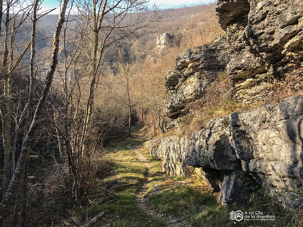 Piedras en el camino del Alto Rudrón - ruta por el Alto Rudrón