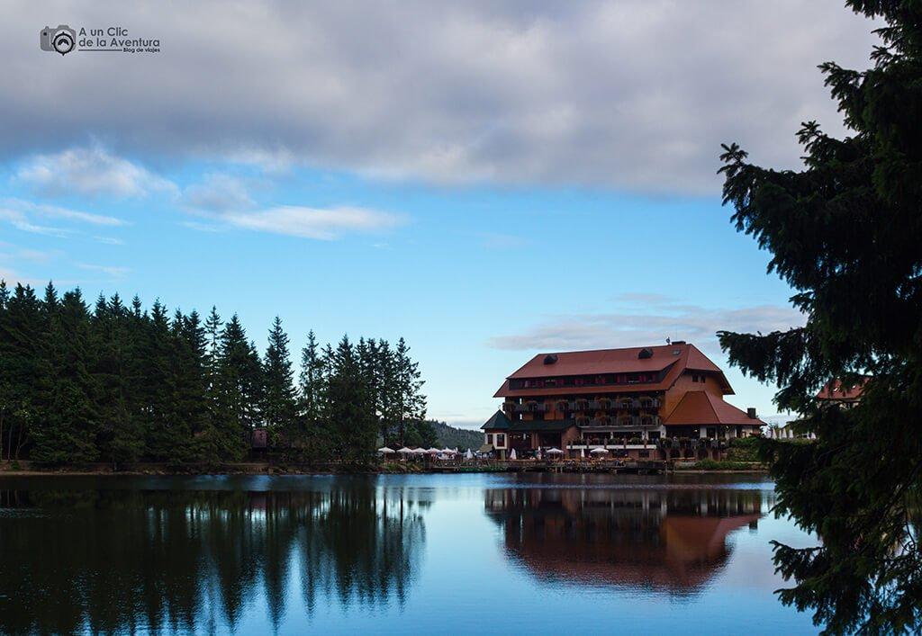 Lago Mummelsee en la ruta por la Selva Negra en coche