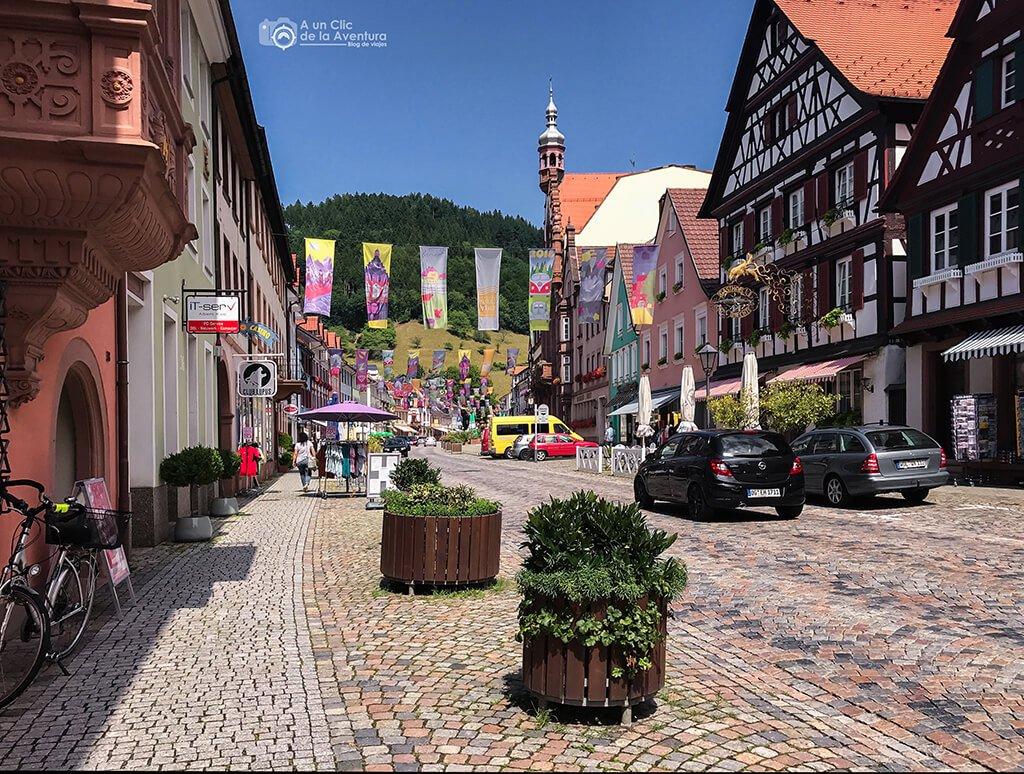 Calle principal de Wolfach en la ruta por la Selva Negra en coche