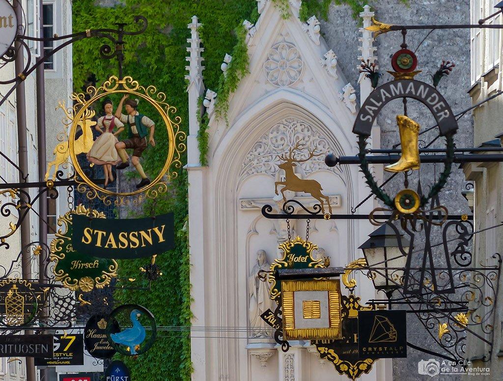 Carteles de los artesanos de la Calle Getreidegasse - qué ver en Salzburgo