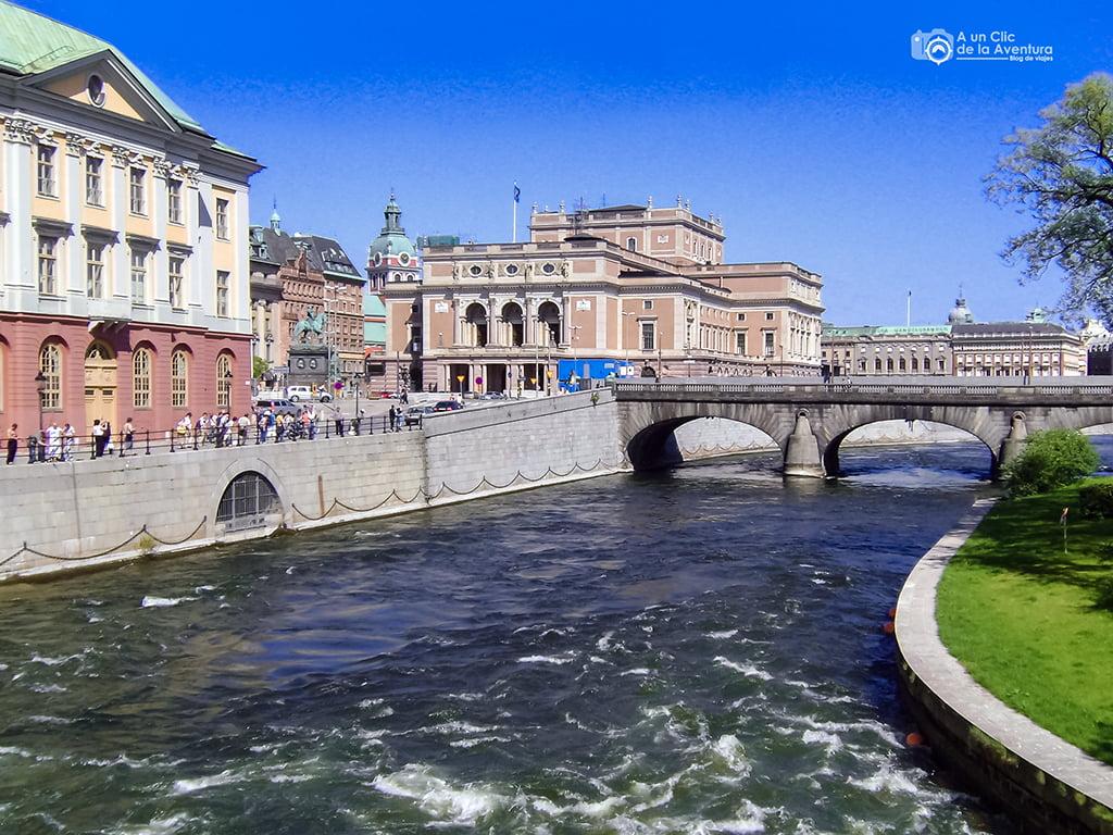 Vista del edificio de la Ópera junto al puente Norrbro - que ver en Estocolmo