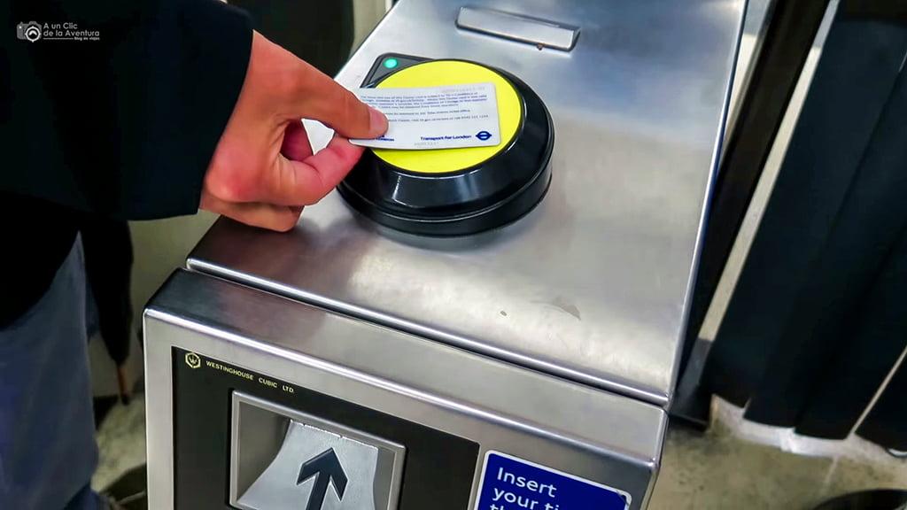 Acceso al metro de Londres con la tarjeta Oyster Card