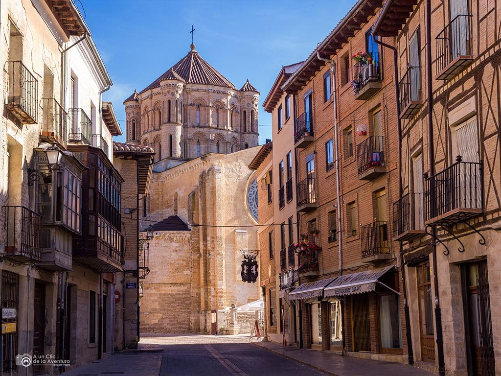 Calle de Toro con la Colegiata al fondo - pueblos bonitos de Castilla y León