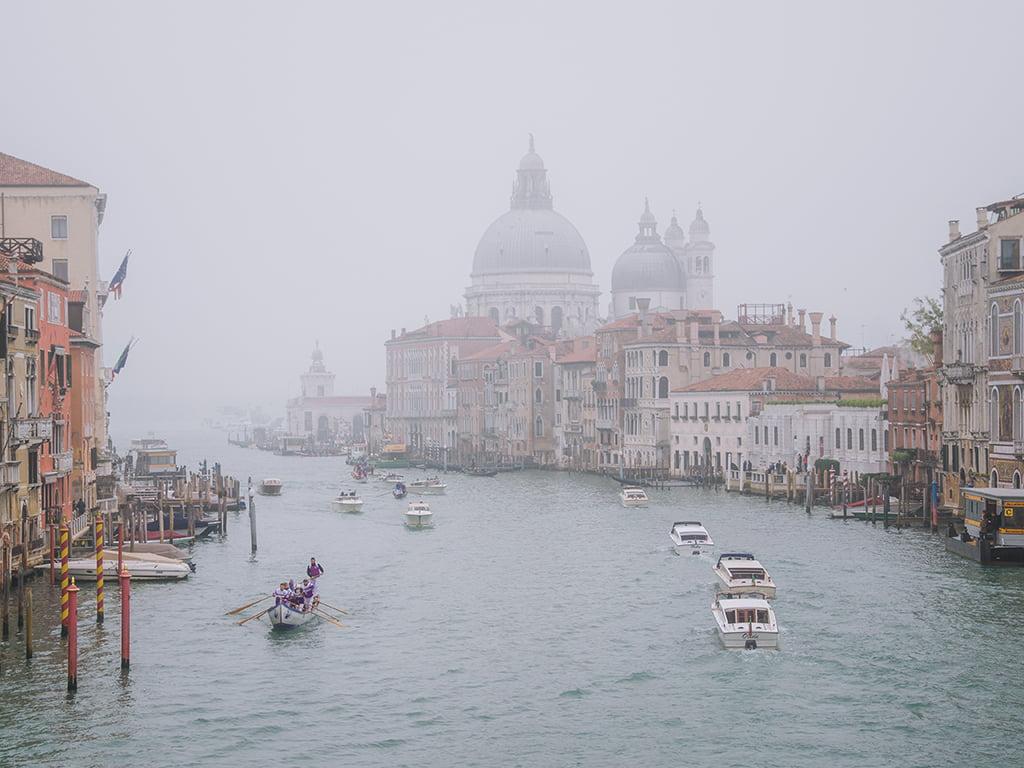 Venecia bajo la niebla - viajar a Venecia