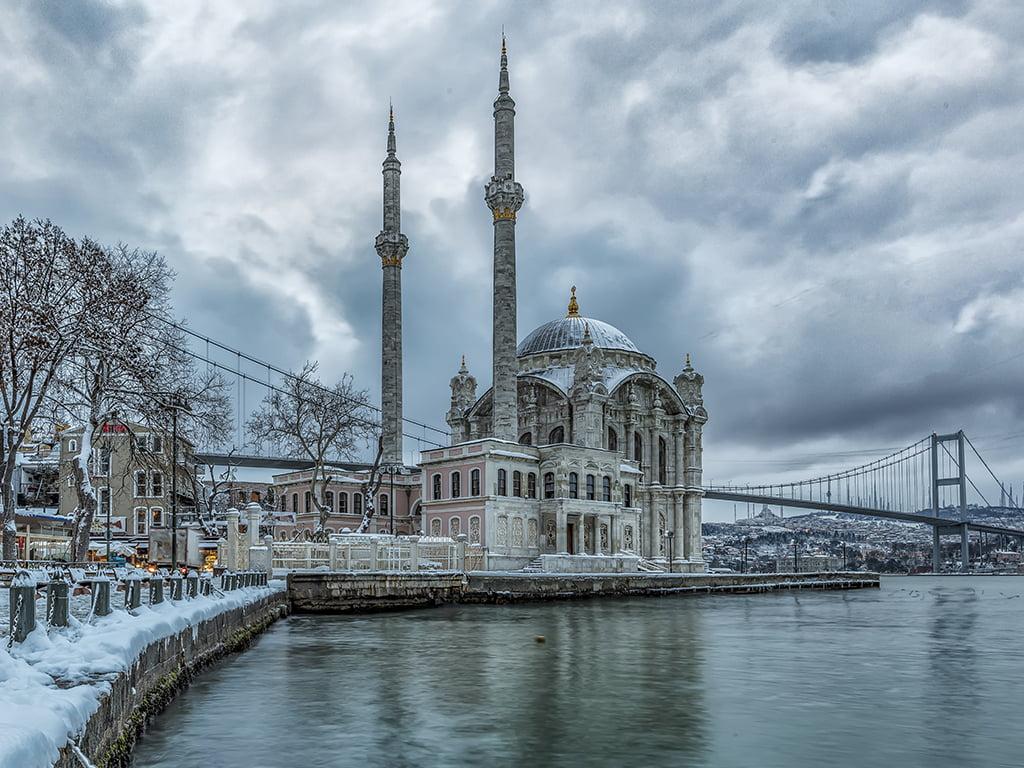 Mezquita de Ortakoy con nieve - viaje a Estambul