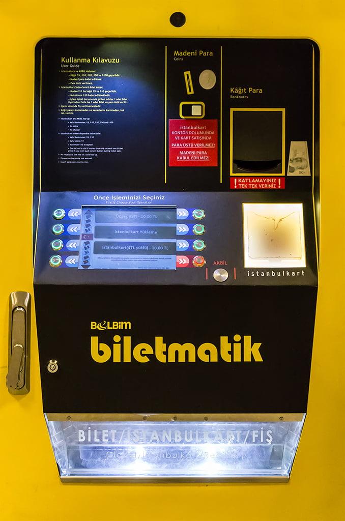 Máquina para comprar y recargar la Istanbulkart - medios de transporte de Estambul