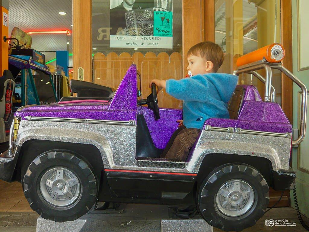 niño en coche
