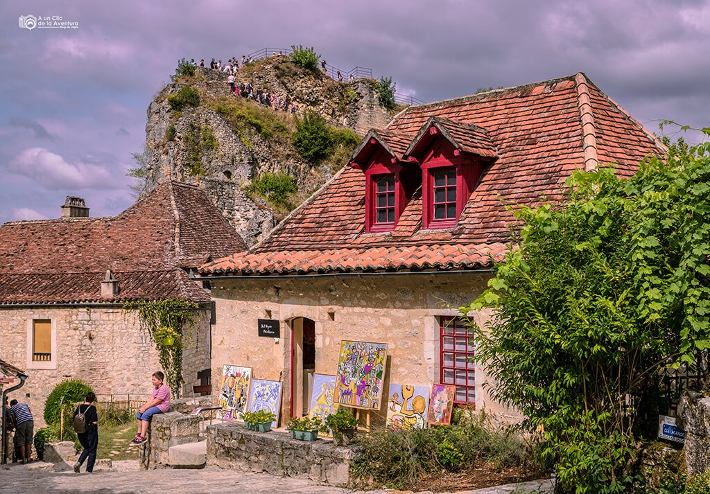 Casa-taller de Saint-Cirq Lapopie con la subida al castillo al fondo