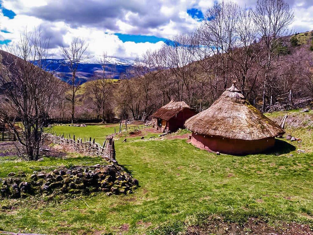 Poblado cántabro de Argüeso, Cantabria con niños