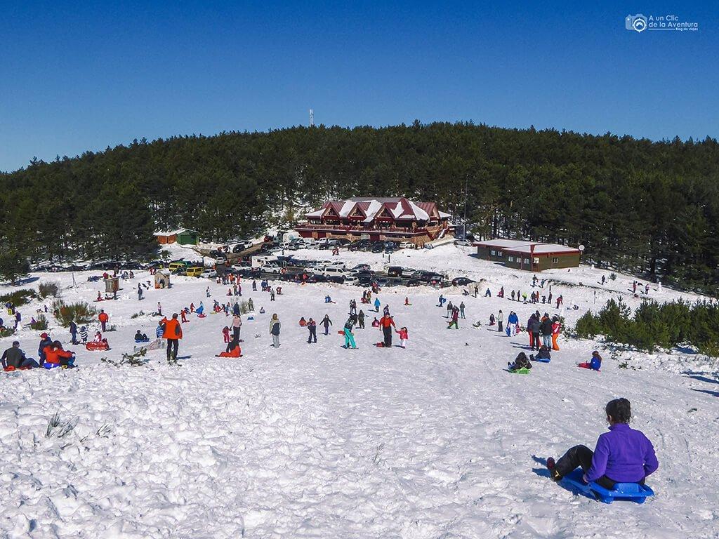 Deslizarse en trineo en Pineda de la Sierra, Burgos - Actividades al aire libre en invierno