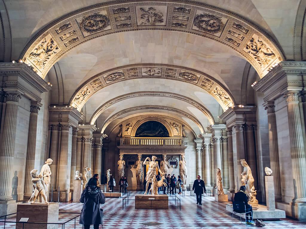 Interior del Museo del Louvre, París - Museos de Europa