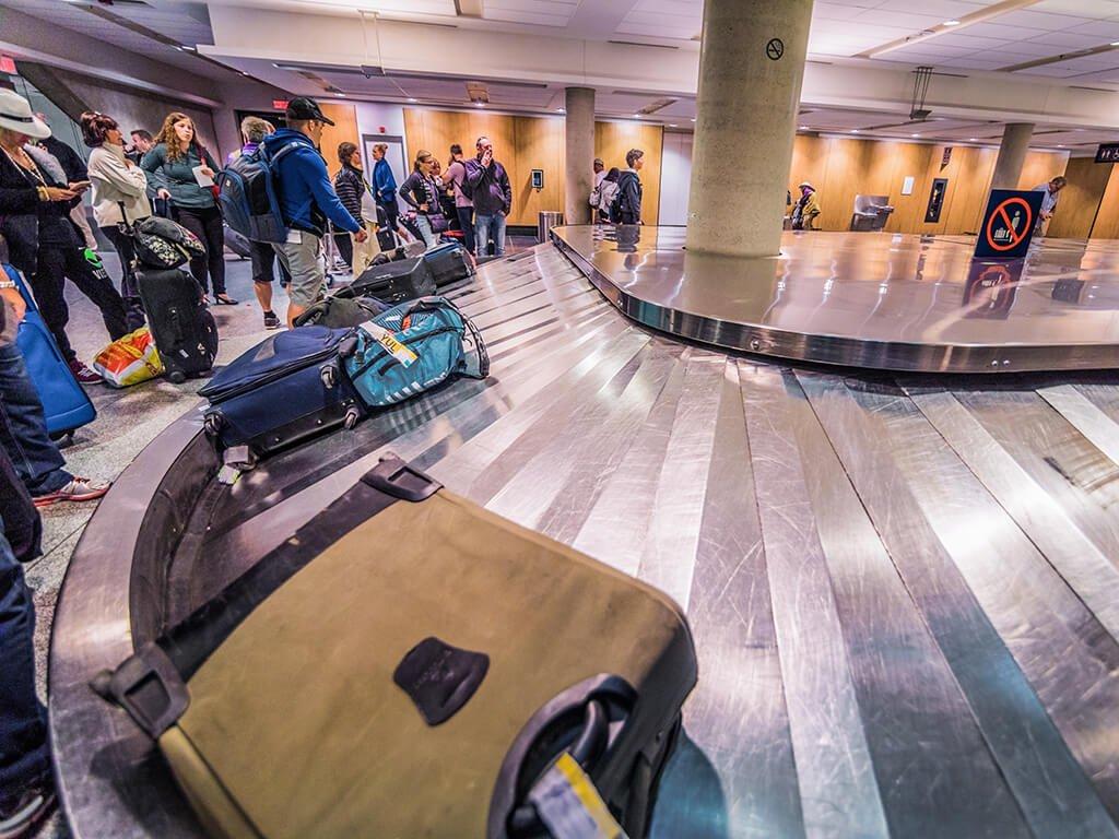 Recogida de equipaje en el aeropuerto - viajar en avión