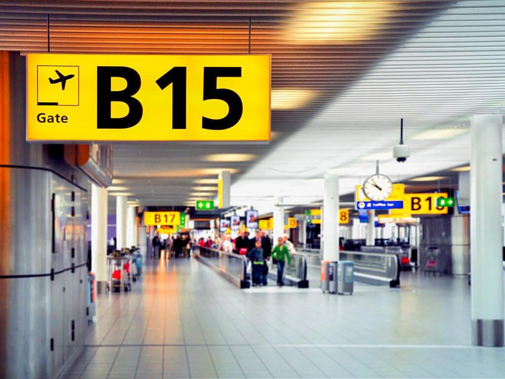 Puerta de embarque del aeropuerto - viajar en avión