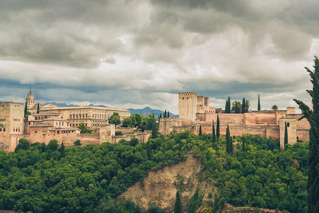 Vista de la Alhambra de Granada desde el Paseo de los Tristes - visitar la Alhambra