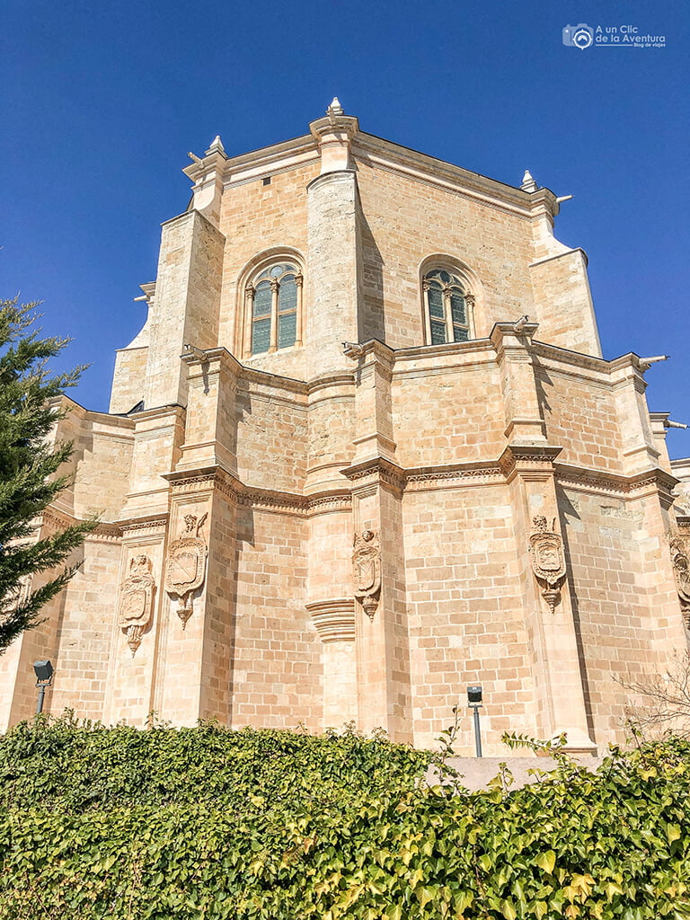 Exterior del abside del Monasterio de la Vid, con escudos en los contrafuertes