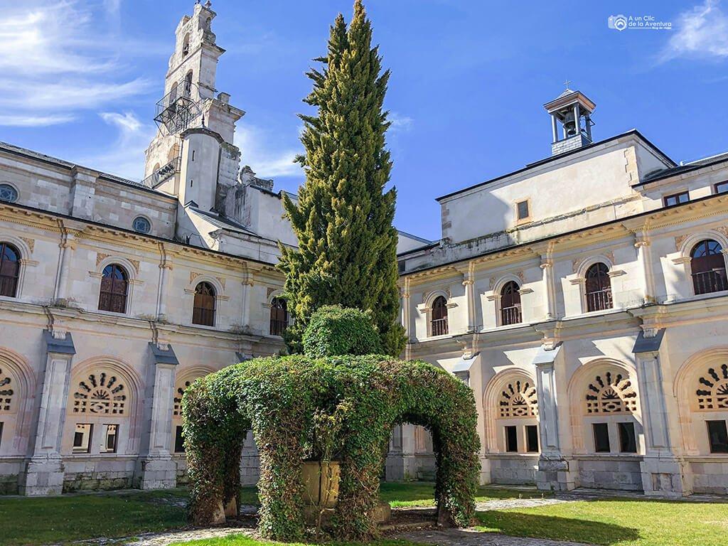 Jardín del claustro del Monasterio de la Vid