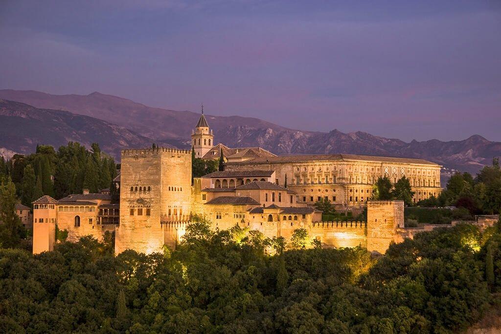 La Alhambra de Granada por la noche - visitar la Alhambra
