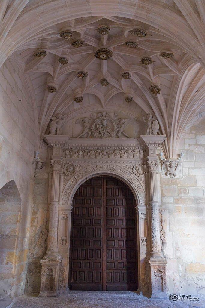 Portada plateresca de acceso a la iglesia del Monasterio de la Vid