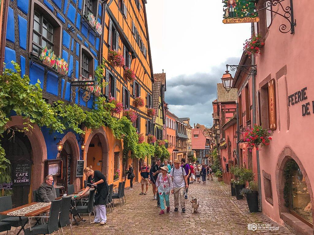 Calle principal de Riquewihr, ruta por Alsacia y la Selva Negra
