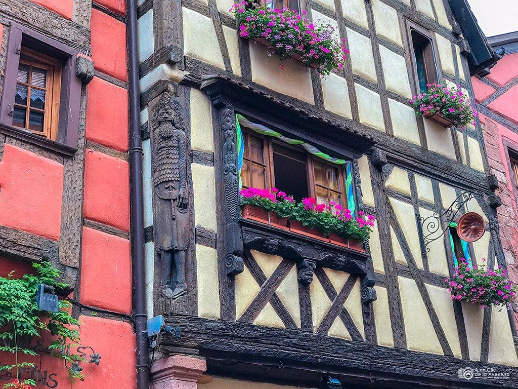 Detalle de una casa de Riquewihr, ruta por Alsacia y la Selva Negra