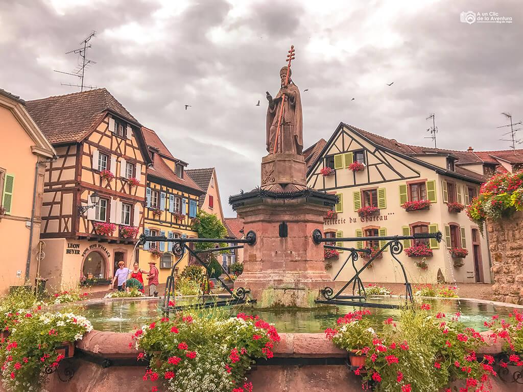 Plaza de Eguisheim con la fuente de León IX, Alsacia