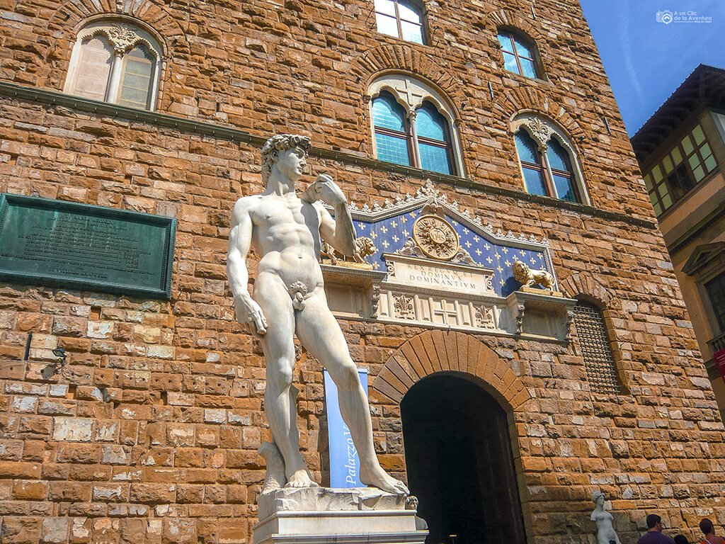 Copia del David de Miguel Ángel frente al Palazzo Vecchio