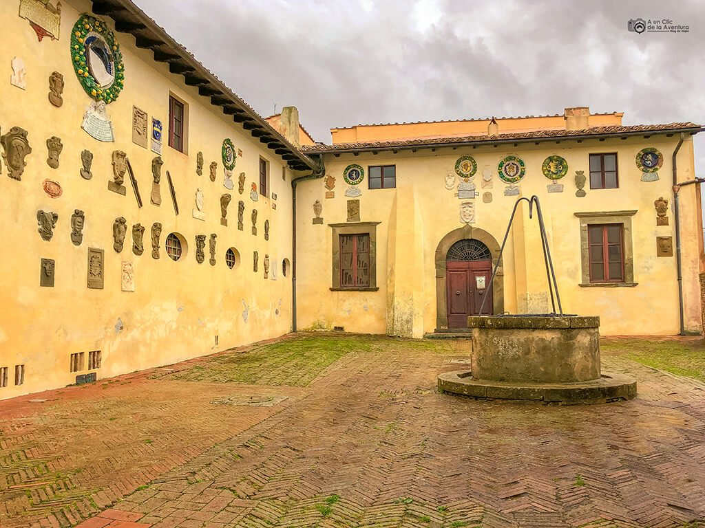Patio del Castello dei Vicari en Lari