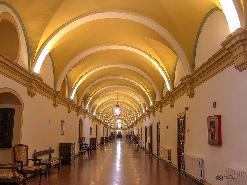 Pasillo de acceso a las habitaciones del hotel Monasterio de Piedra