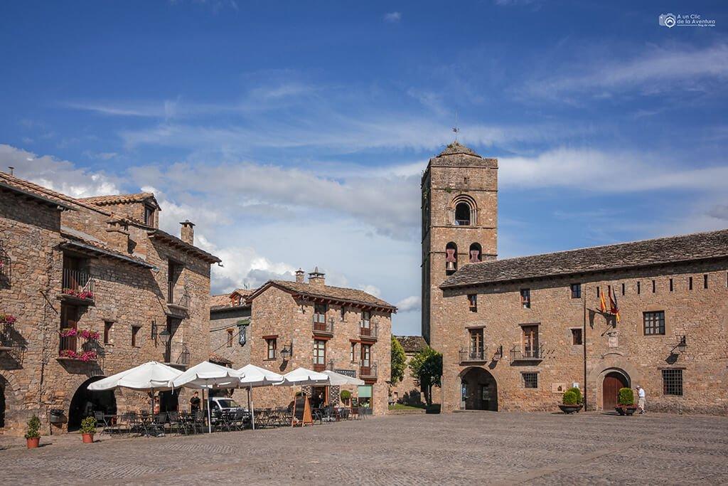 Plaza Mayor de Aínsa- ruta en coche por el Pirineo Aragonés