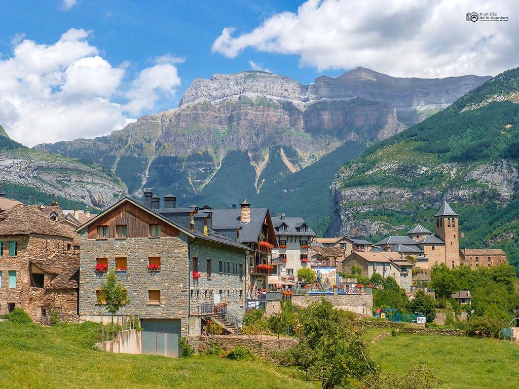 Panorámica de Torla, Valle de Ordesa - ruta en coche por el Pirineo Aragonés