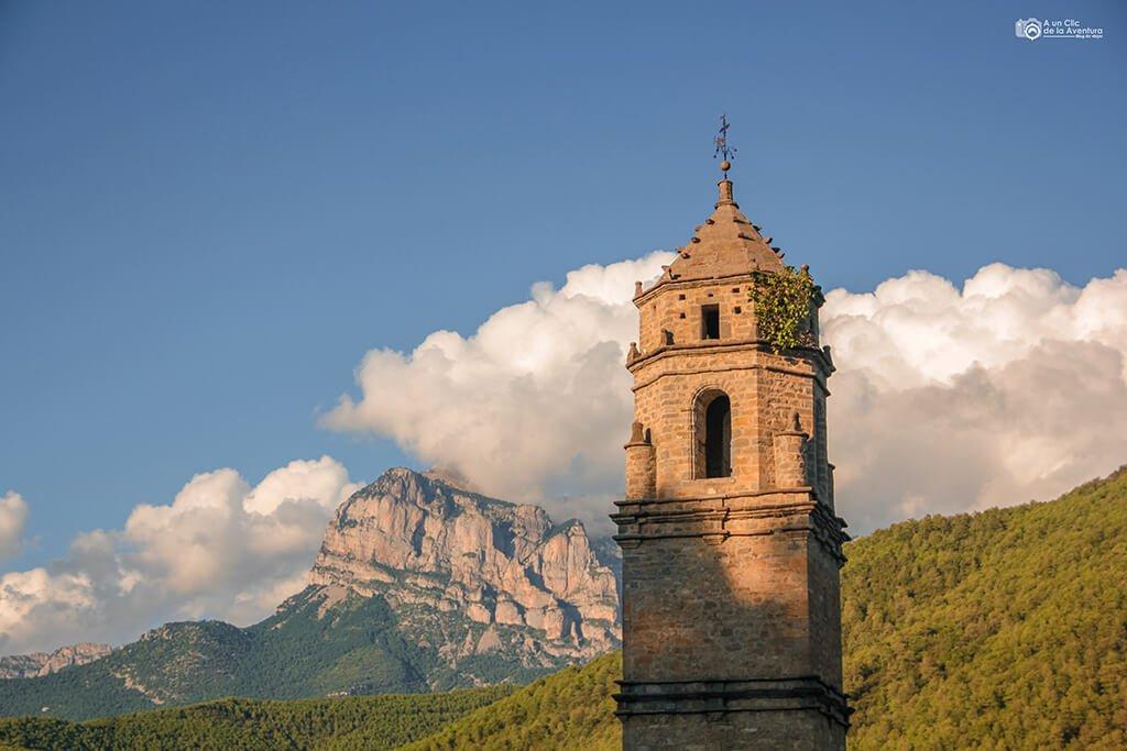 Torre de la iglesia de San Sebastián, Labuerda- ruta en coche por el Pirineo Aragonés