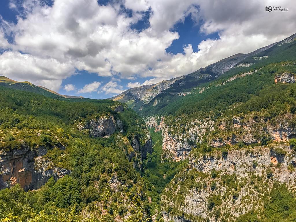 Vista desde los Miradores de Escuaín- ruta en coche por el Pirineo Aragonés