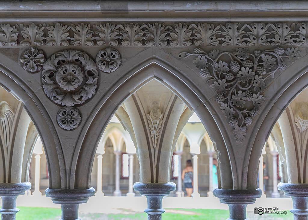 Detalle de la decoración de los arcos del claustro de la Abadía del Mont Saint-Michel
