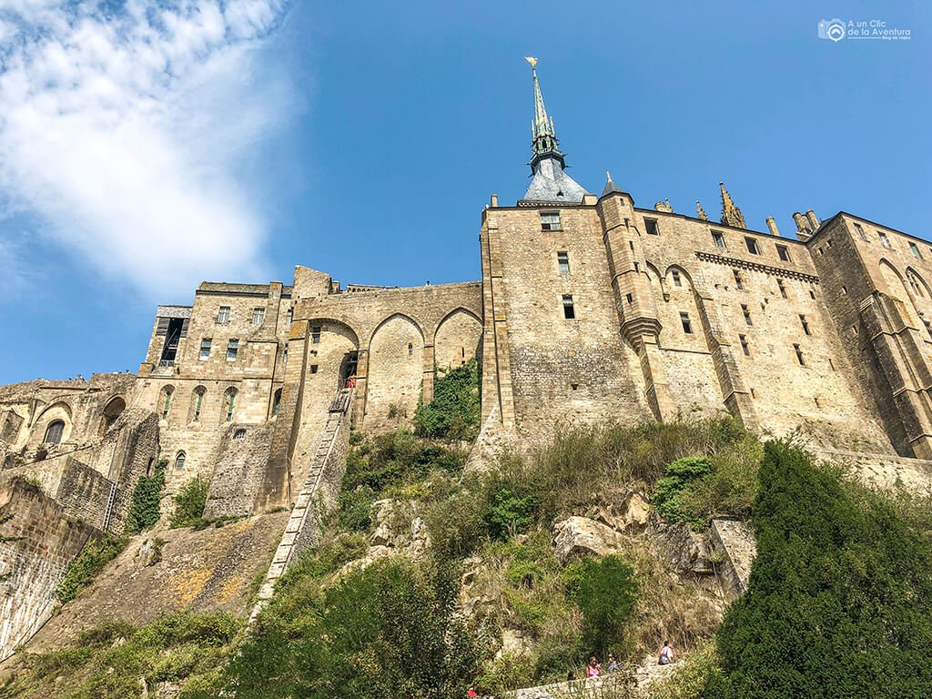 Fachada sur de la Abadía del Mont Saint-Michel con la rampa para suminstros