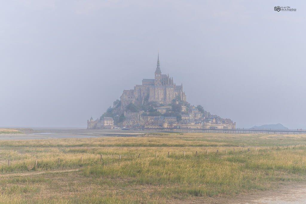 Mont Saint-Michel con niebla al amanecer