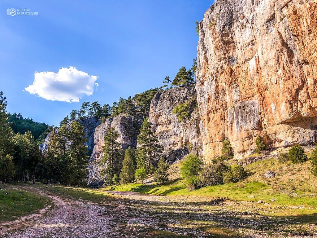 Paredes de roca en la ruta del Cañón del Río Lobos