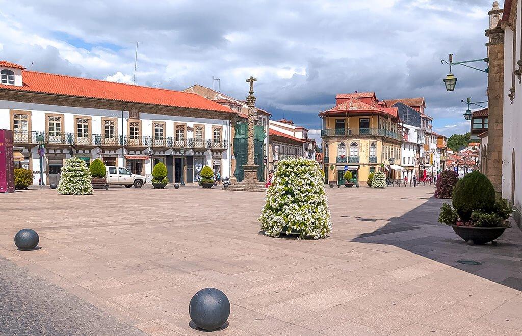 Plaza de la Sé de Braganza con el Solar dos Calainhos