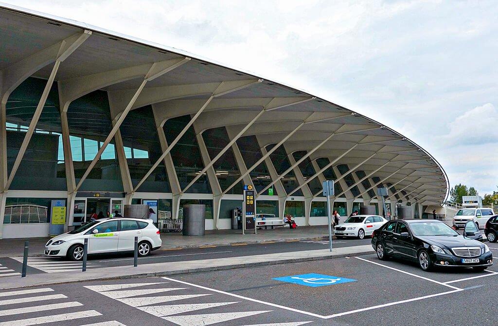 Entrada a la terminal del aeropuerto de Bilbao