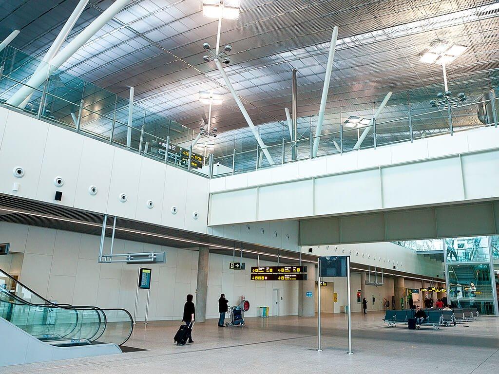Interior de la terminal del aeropuerto de Santiago de Compostela