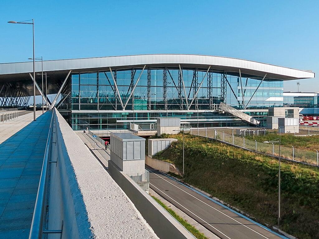 Exterior de la terminal del Aeropuerto de Lavacolla