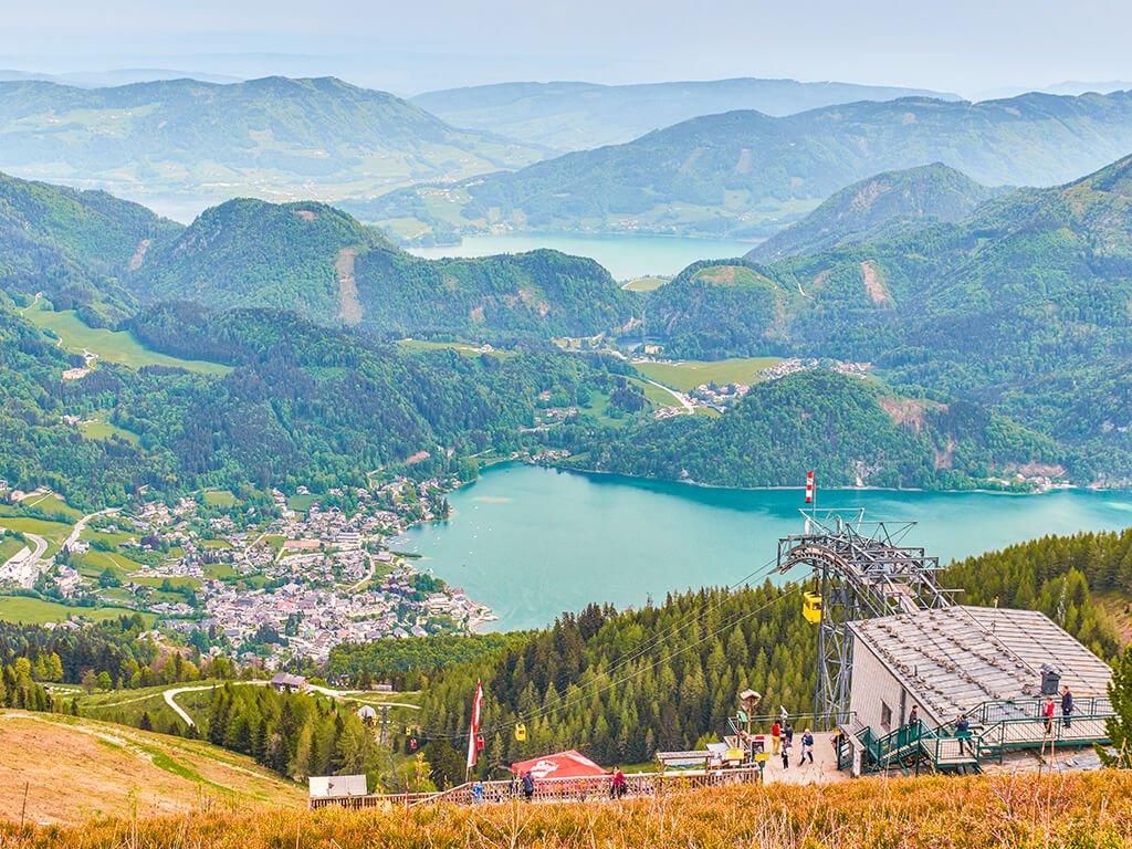 Vista de St. Gilgen y Wolfgangsee en la región de Salzkammergut