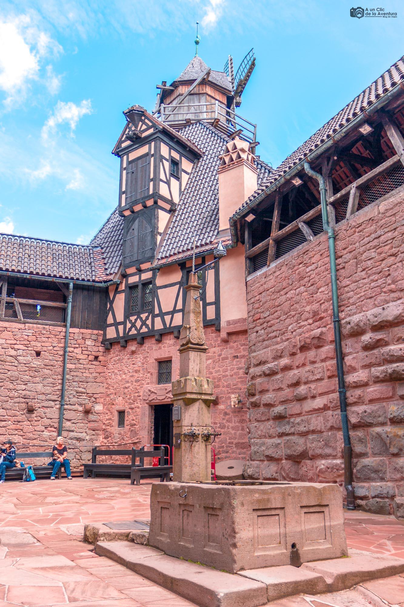 Fuente y molino del Patio Inferior del Castillo de Haut-Koenigsbourg
