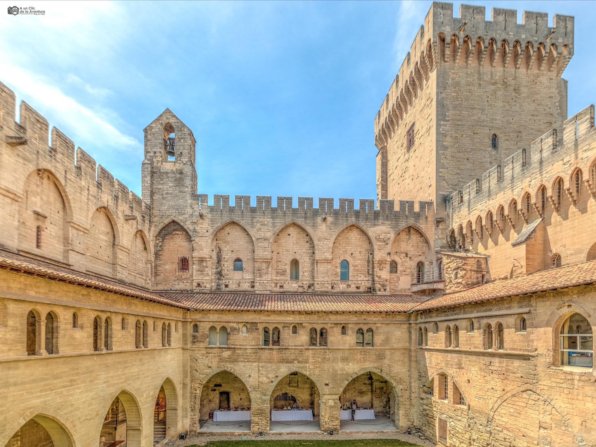 Patio del Palacio de los Papas de Avignon