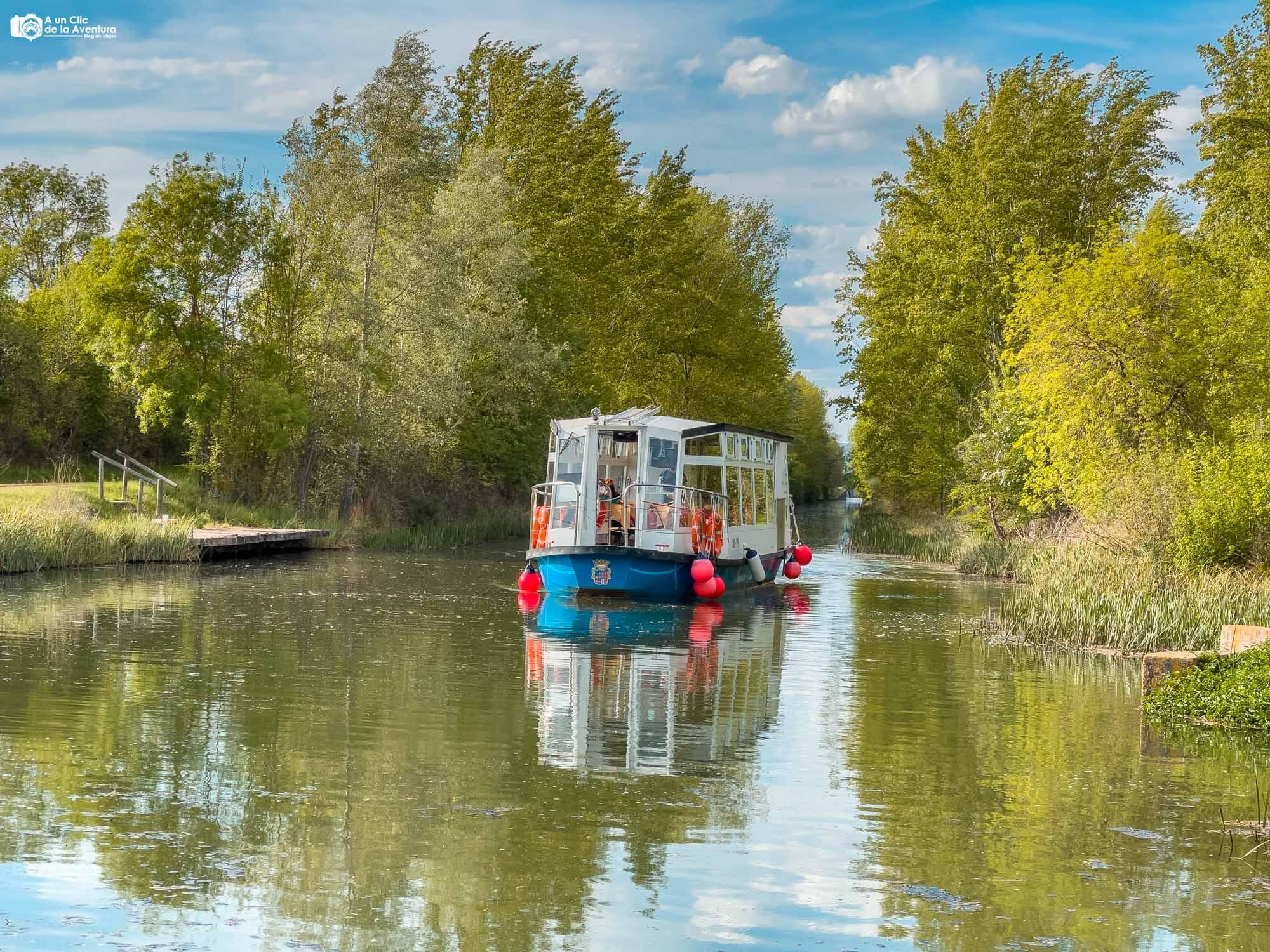 Barco Marqués de la Ensenada en el Canal de Castilla